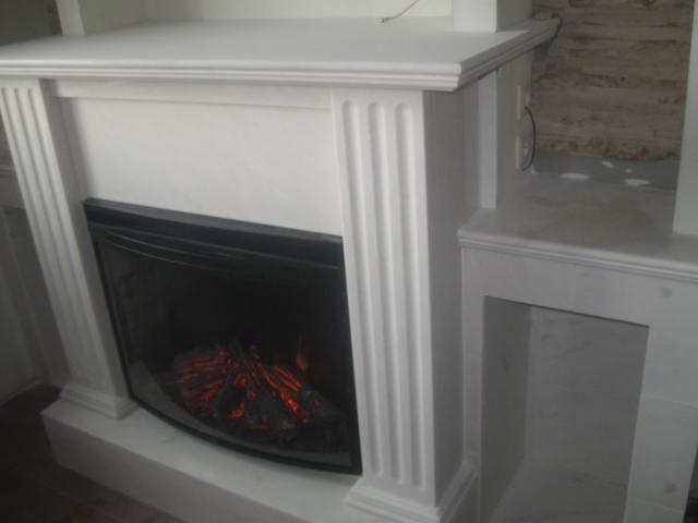 общий вид камина облицованного мрамором