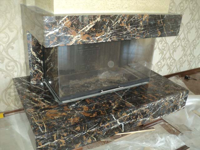 процесс облицовки камина мраморными плитами