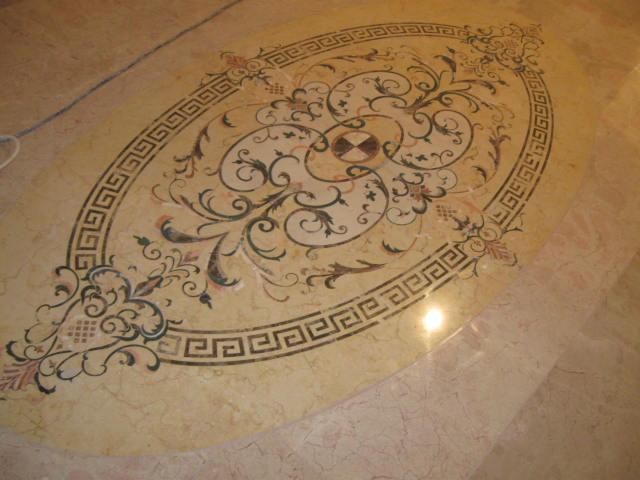 полированные швы на мраморном полу